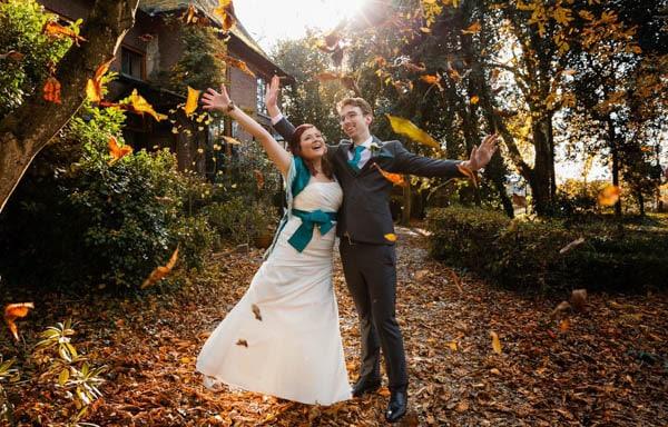 Een trouwfoto in de herfst in Elst