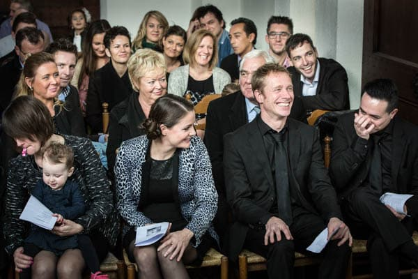 Lachende gasten tijdens de ceremonie van een bruiloft in Apeldoorn
