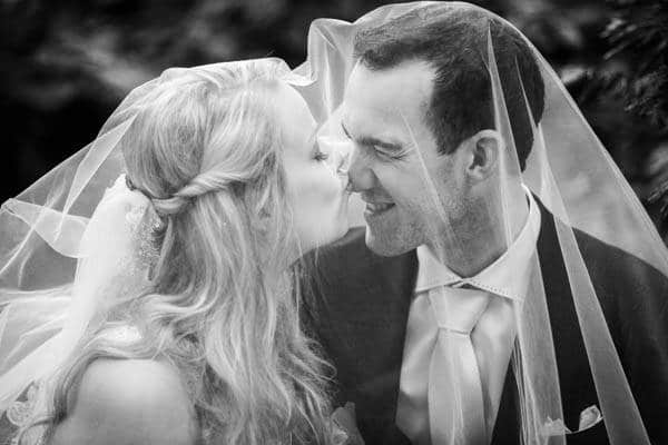 Een bruid kust de bruidegom op zijn neus