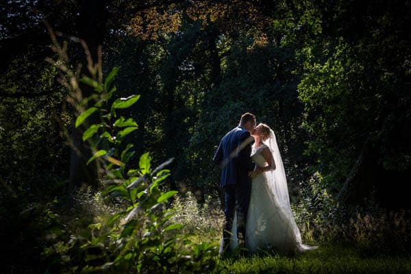 Een kussend bruidspaar bij Den Alerdinck in Zutphen