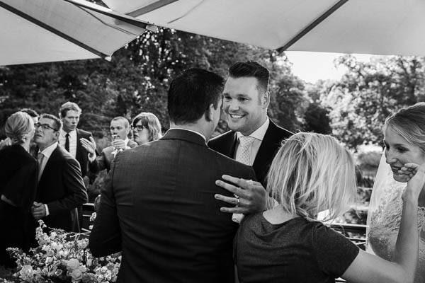 Een bruidspaar neemt felicitaties in ontvangst