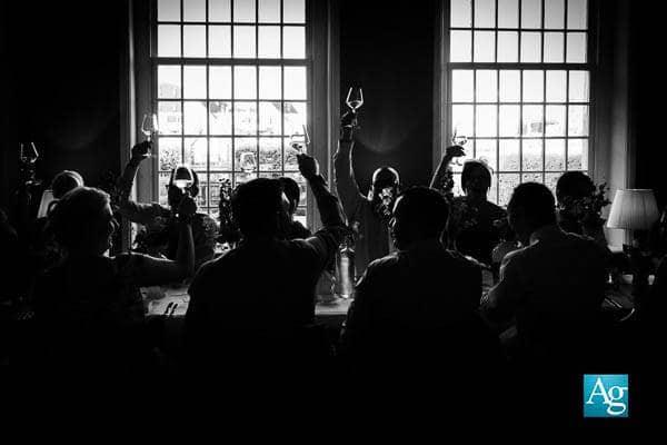 Bruidsfotograaf Arnhem Award winnende trouwfoto van gasten die proosten op een bruiloft