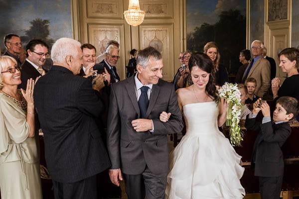 Bruidsfotograaf Nijkerk. Een bruid wordt weggegeven door haar vader