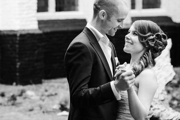 Bruidsfotograaf Amersfoort. Een dansend bruidspaar geposeerd in Amersfoort bij de Mariënhof