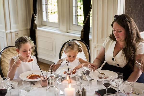 Bruidskindjes eten soep tijdens het diner