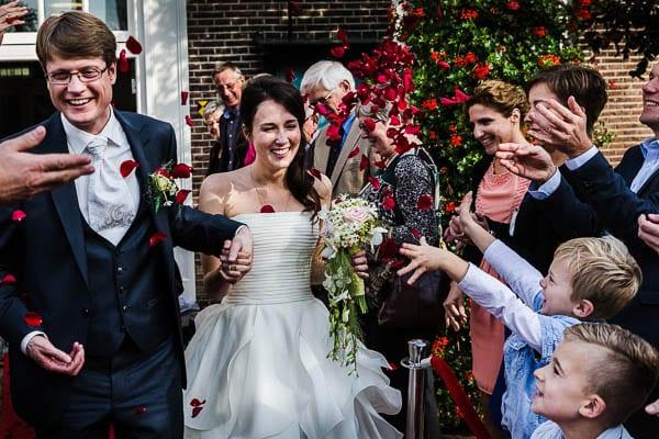 Fotograaf Bruiloft Nijkerk Een vrolijk bruidspaar komt het oude stadhuis van Nijkerk uit