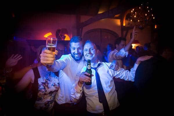 Gasten proostend met bier op een bruiloftsfeest