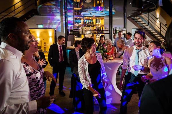 Gasten aan het dansen tijdens een bruiloft