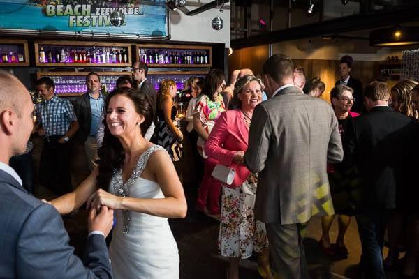 Een bruidspaar aan het dansen op een bruiloft