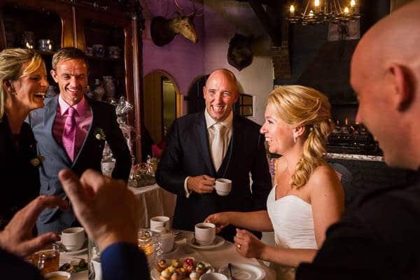 Fotograaf Bruiloft Arnhem Een bruidspaar aan de koffie op een bruiloftsfeest in Arnhem