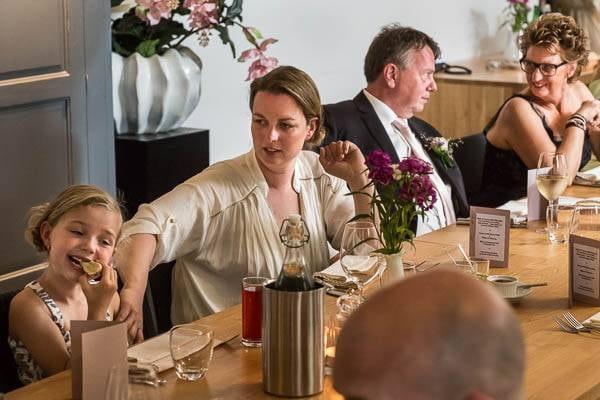 portfolio_6Gasten aan een tafel tijdens een borrel op een bruiloft00pxbreed-39