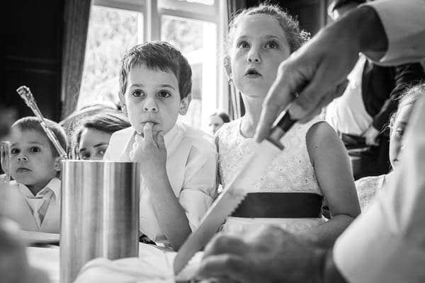 Kinderen wachten op een stuk bruidstaart