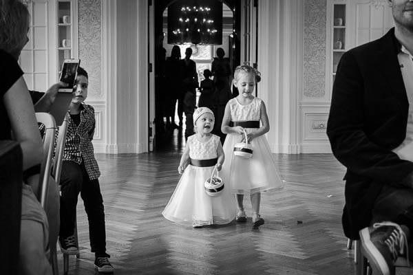 Fotograaf Bruiloft Nijkerk. Bruidskindjes komen binnen met rozenblaadjes tijdens een bruiloft