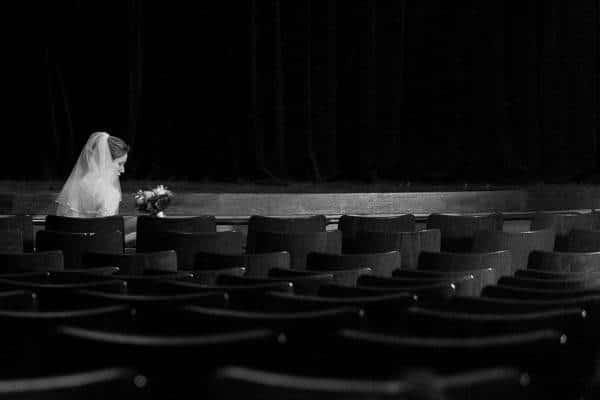 Een bruid in een theaterzaal op een stoel