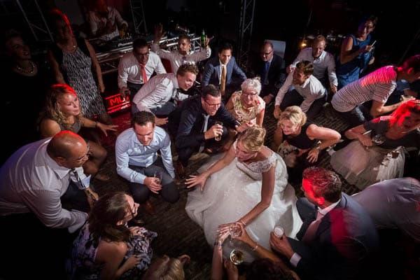 Een dansende bruid tijdens een bruiloftsfeest