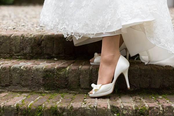 Mooie bruidsschoenen op de trap