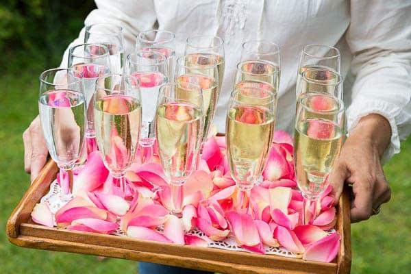 Een dienblad vol champagne op een bruiloft