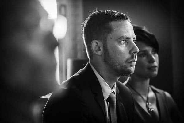 Bruiloftsgasten luisteren aandachtig naar een toespraak