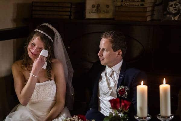 Een bruid pinkt een traantje weg