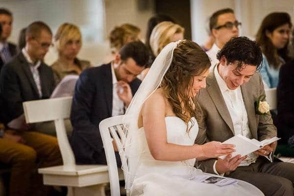 Een bruidspaar tijdens de kerkdienst