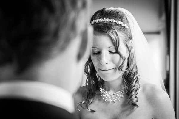 Een bruid tijdens de ceremonie voor het ja-woord