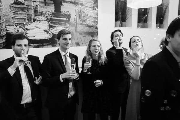 Gasten met champagne en bellenblaas op een bruiloft
