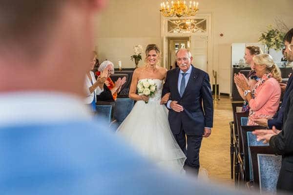 De bruid wordt weggegeven in de trouwzaal van Karel V in Utrecht tijdens een bruiloft