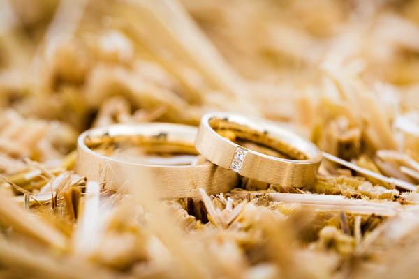 Twee gouden trouwringen close-up in het stro