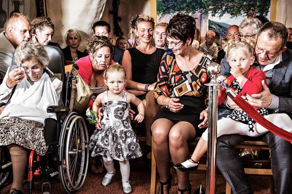 Bruidsfotograaf Zwolle. Bruidsmeisjes maken zich klaar om de ringen te brengen