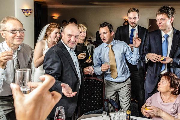 Fotograaf bruiloft. Bruiloftsgasten brengen een toost uit