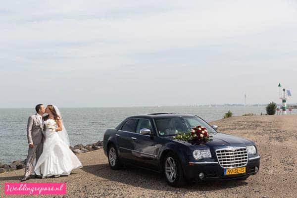 Bruidspaar met trouwauto Chrysler 300c