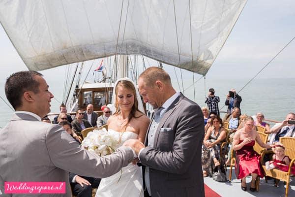 De bruid wordt weggegeven op Zeilschip de Stedemaeght