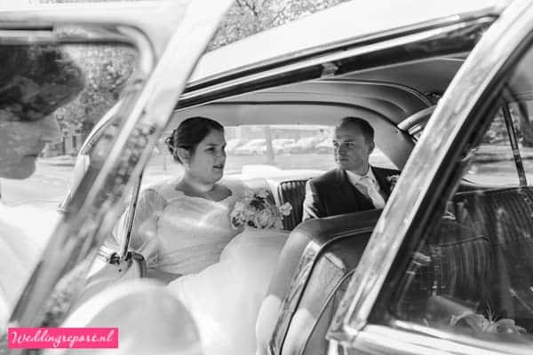 Het bruidspaar in de auto