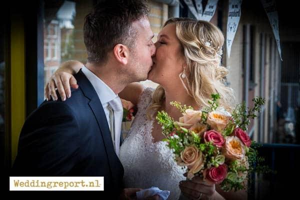 Het bruidspaar geeft elkaar de eerste kus van de dag. Trouwfotograaf in Utrecht, Roy van Kleef