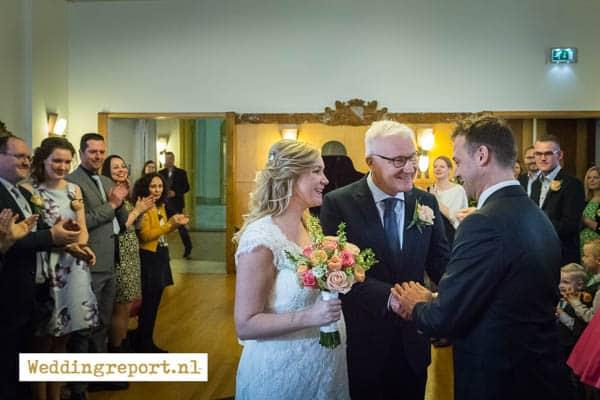 De bruid wordt weggegeven door haar vader in het gemeentehuis van Utrecht