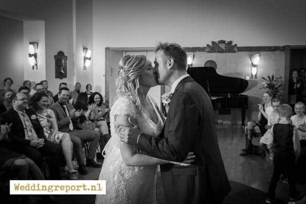 De kus van een bruidspaar in het gemeentehuis van Utrecht