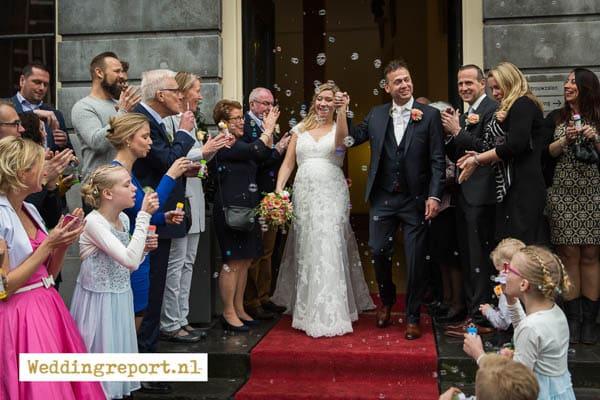 Het bruidspaar verlaat het gemeentehuis in utrecht