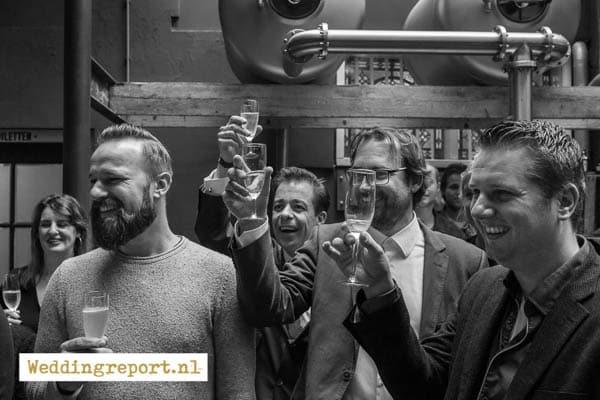 Het gezelschap toost op de trouwdag in restaurant Ubica in Utrecht