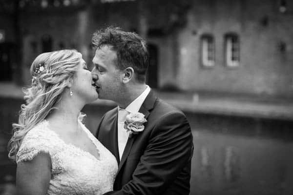 Bruidspaar kussend aan de gracht in Utrecht