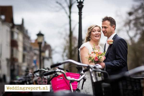 Bruidspaar tussen de fietsen bij de Oudegracht in Utrecht