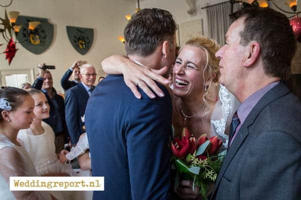 De bruid wordt weggegeven door haar vader
