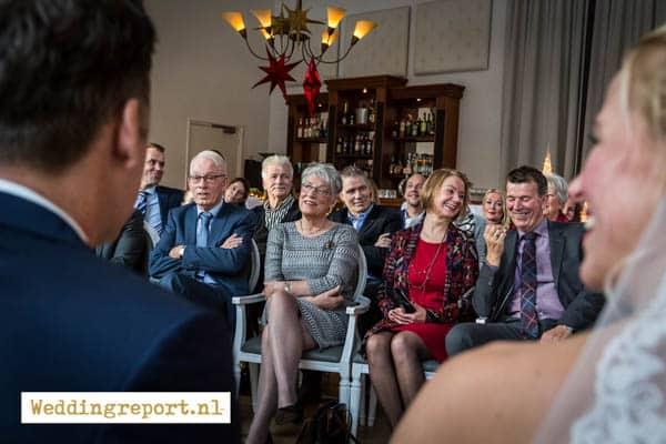 De gasten luisteren naar de trouwambtenaar in de trouwzaal van Groot Warnsborn Arnhem