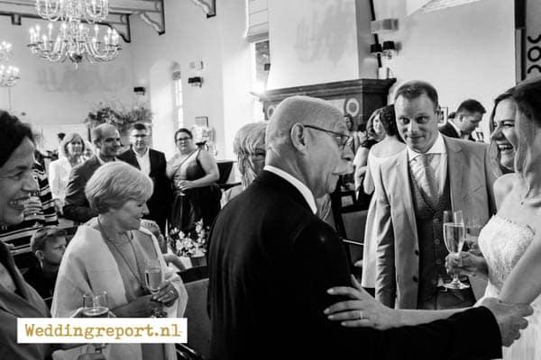 Felicitaties van de gasten in de trouwzaal van Karel V in Utrecht tijdens een bruiloft