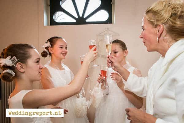Bruid en bruidskinderen toosten op dag