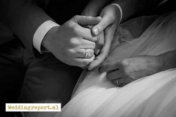 Trouwringen handen bruidspaar