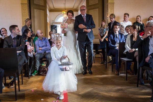 Vader van de bruid geeft bruid weg trouwfotograaf in Hilversum