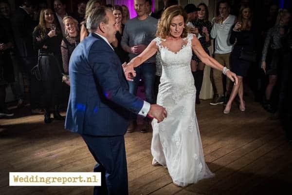 Openingsdans bruidspaar tijdens bruiloft Kasteel de Schaffelaar Barneveld