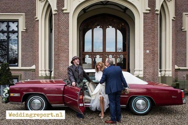 Bruidspaar bij een Trouwauto Cadillac Eldorade Convertible uit 1975 bij Kasteel de Schaffelaar in Barneveld