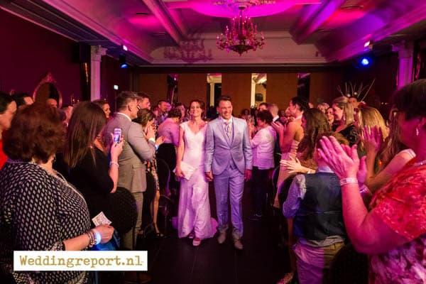 Bruidspaar komt binnen op bruiloft in De Rede van Dronten