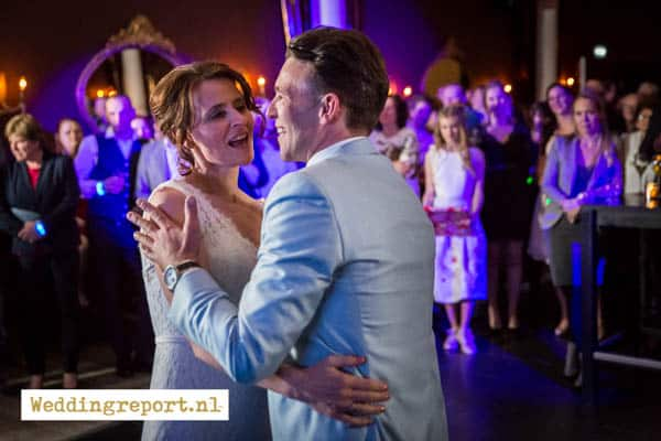 Dansend bruidspaar in De Rede van Dronten